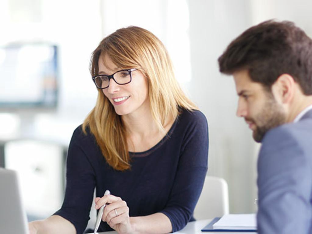 Eine Frau und ein Mann führen ein Beratungsgespräch