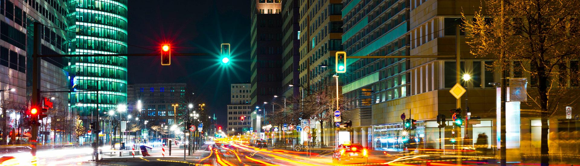 Verkehrskreuzung und Häuser in einer Stadt bei Nacht